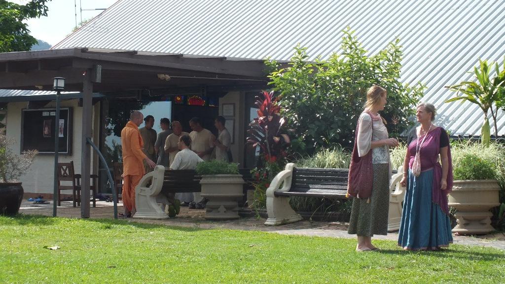 Воскресенье- собрание кришнаитов и пир