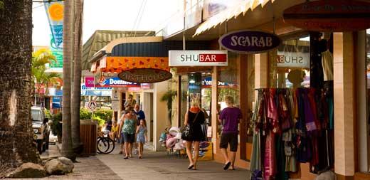 Магазинчики и бары на центральной улице Byron Bay