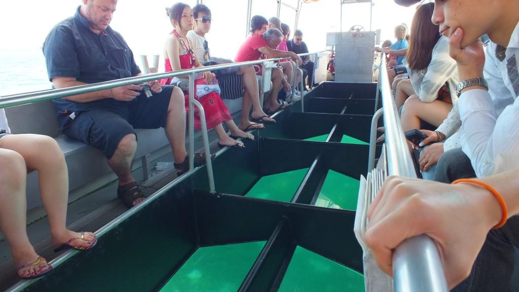 Дно у лодки стеклянное