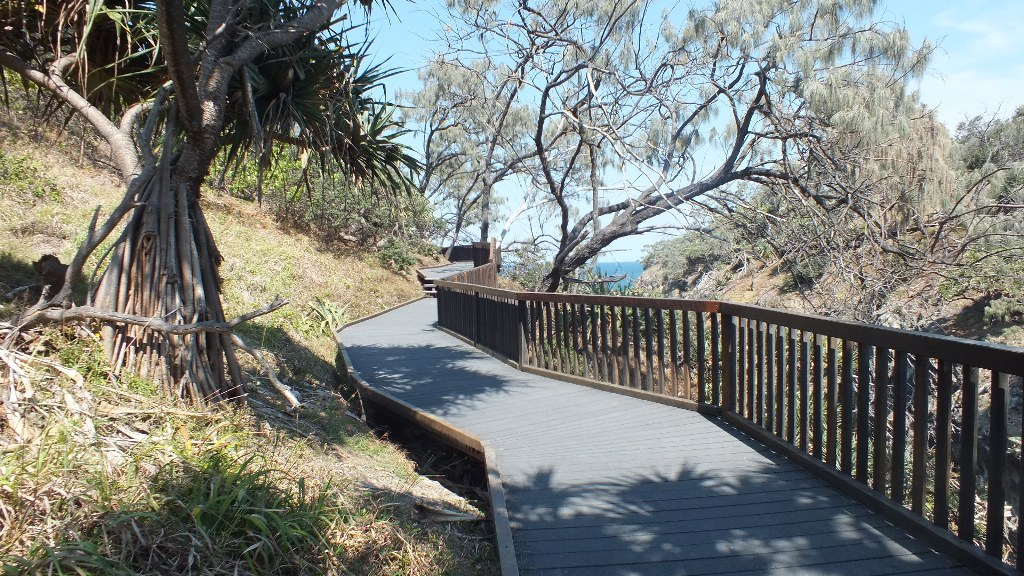 Пешеходная дорожка вдоль берега ( в районе Point Lookout)