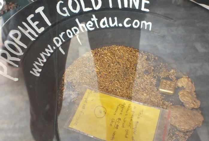 Слиток золота в унцию и самородки, которые наши хозяева шахты.